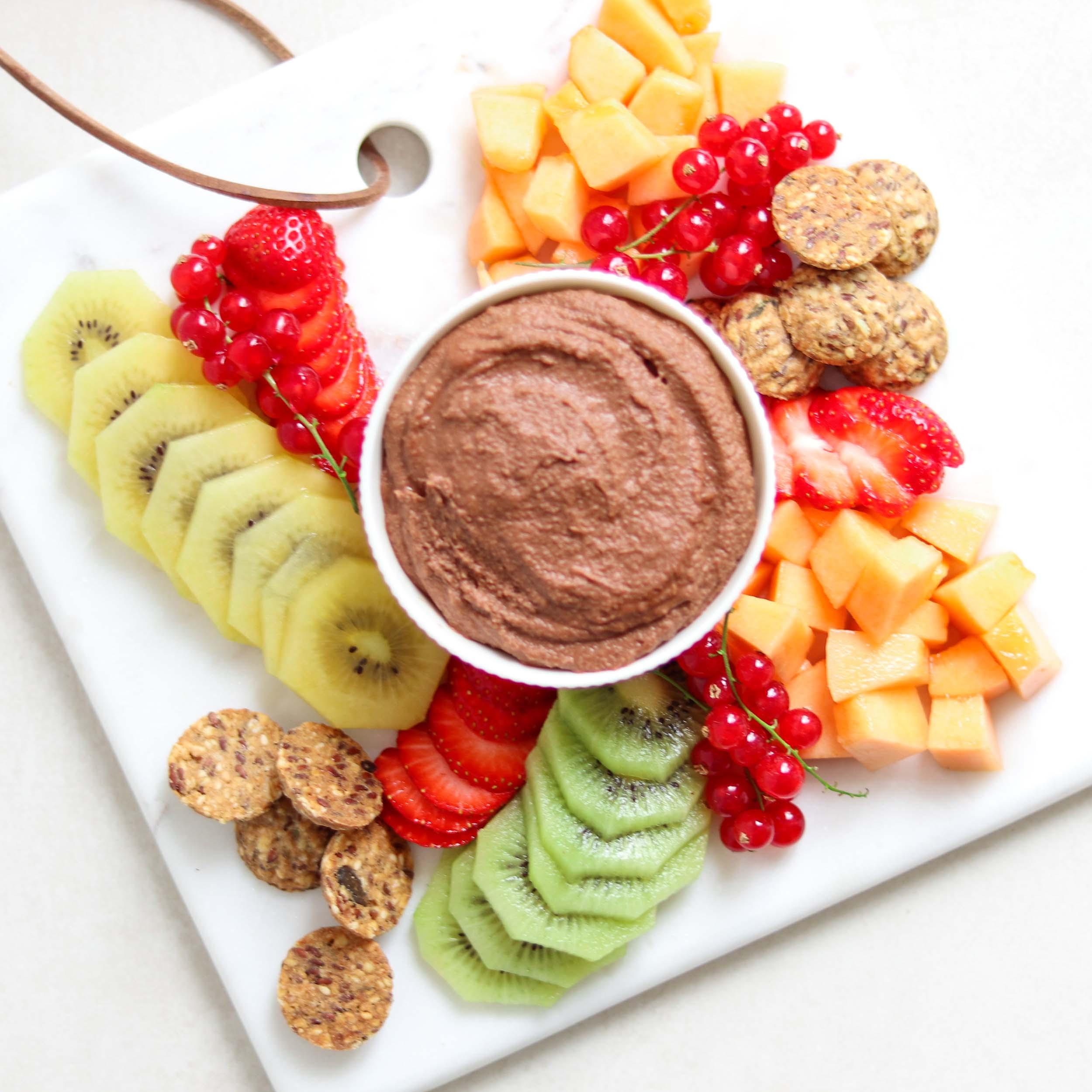 Chocolade hummus met XAVIES' Granola Bites
