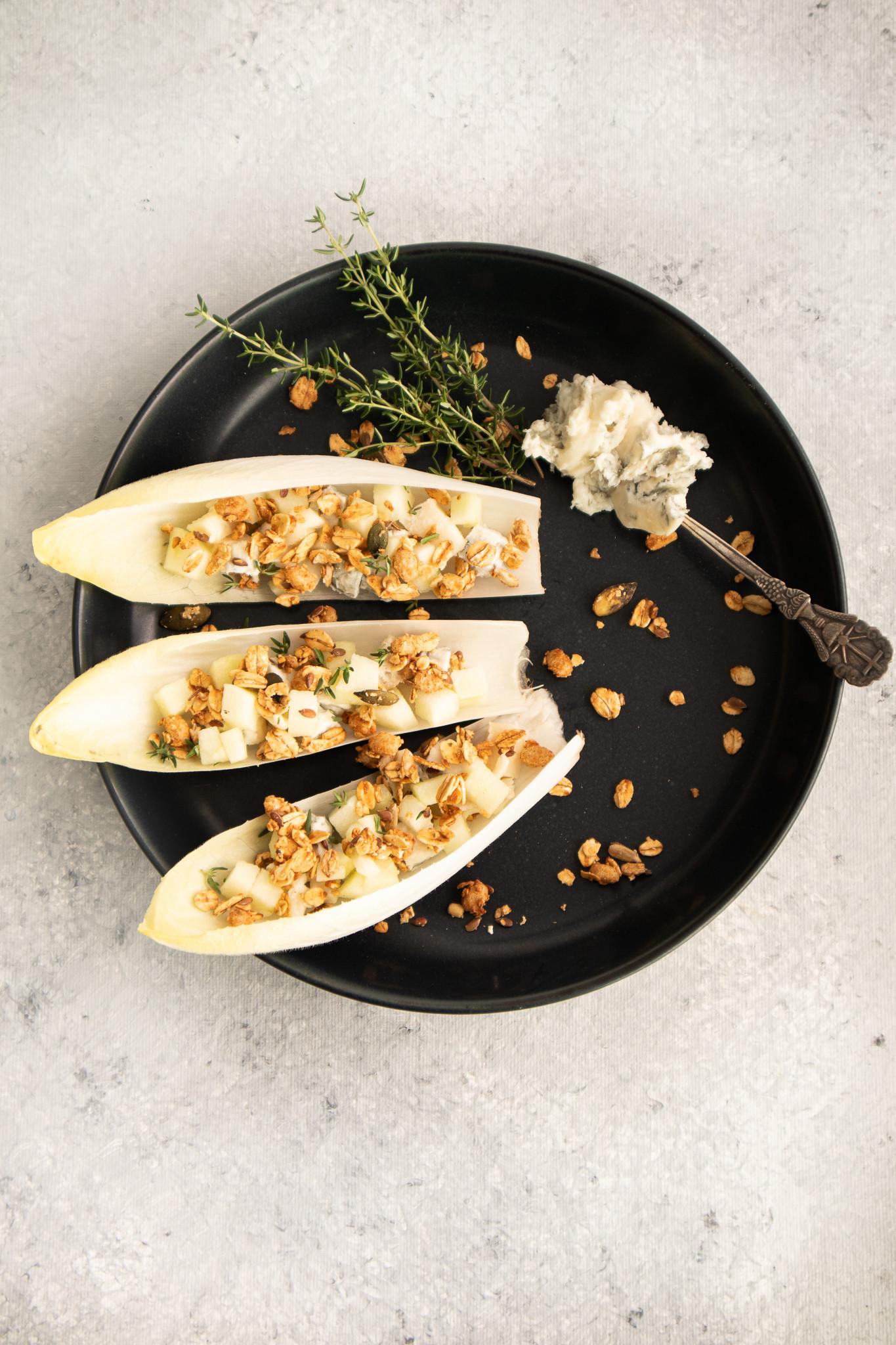 Hapje met XAVIES' Kokos Kaneel Granola, peer, witloof en blauwe kaas