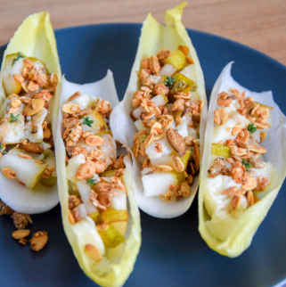 Snack with XAVIES' granola Coconut cinnamon, pear, chicory and blue cheese
