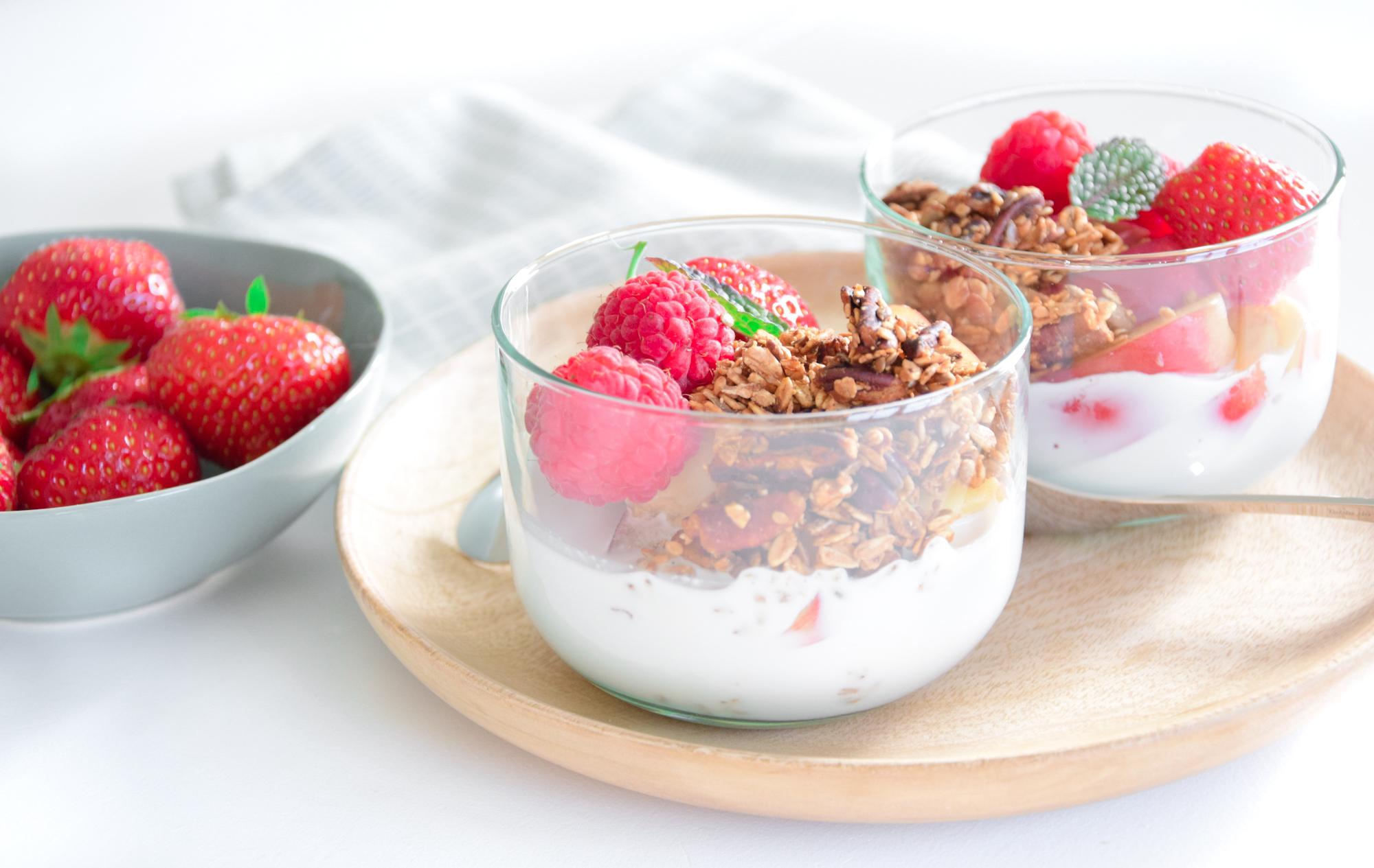 Summer fruit with XAVIES' Aardbei Quinoa granola and coconut milk