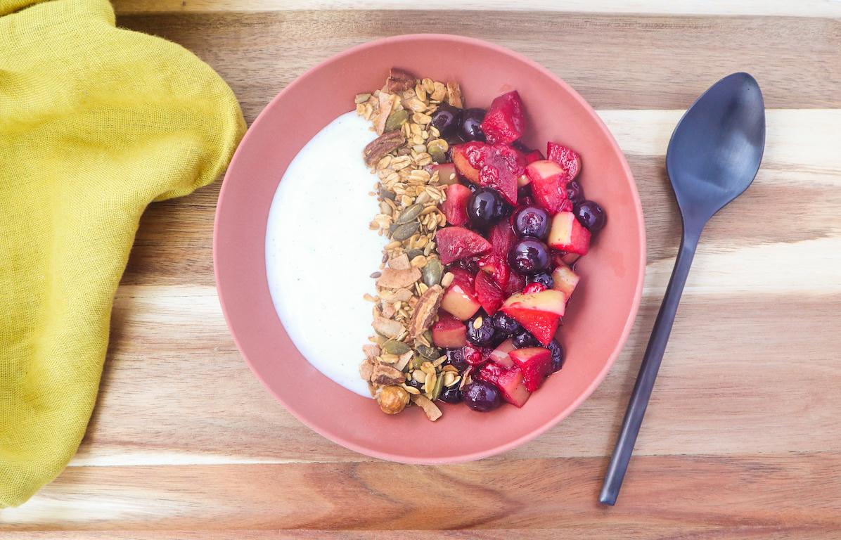 Petit-déjeuner chaud au XAVIES' Pure Toasted Granola, au yaourt et à la vanille