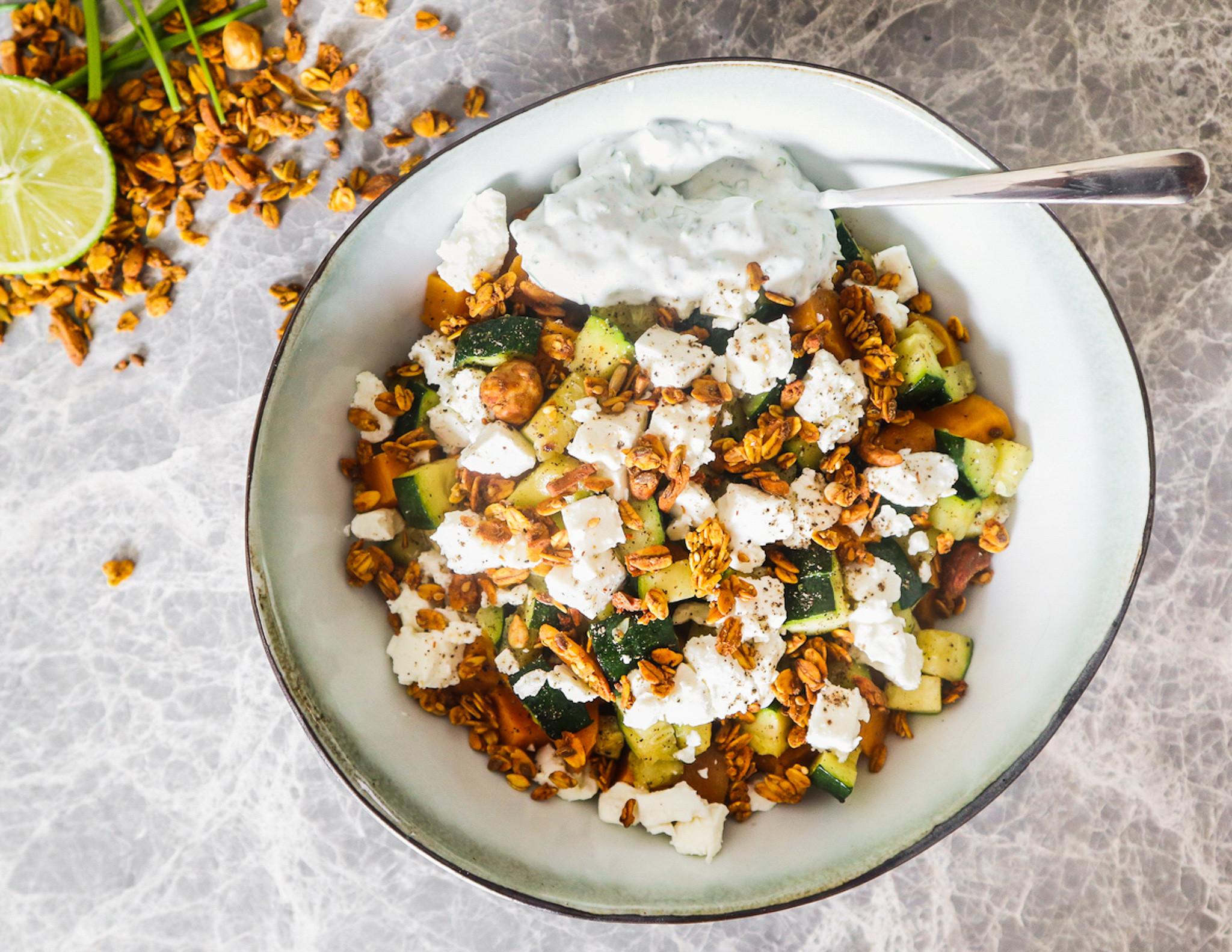Zoete aardappelsalade met de Kurkuma Quinoa Granola van Sandra Bekkari - Xavies'