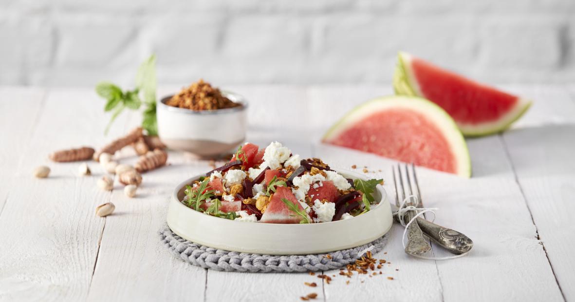 Zomers slaatje met watermeloen & feta topped met Sandra's KURKUMA QUINOA GRANOLA